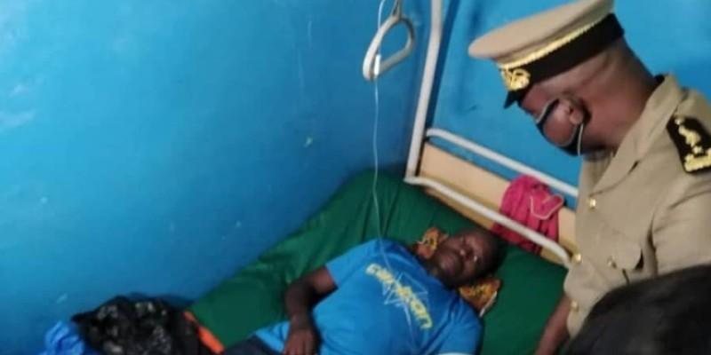 Un des blessés qui reçoit la visite du préfet d'Abidjan. (Dr)