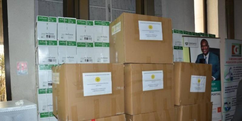 Un aperçu du don de l'Association des résidents chinois de Côte d'Ivoire aux Impôts. (DR)