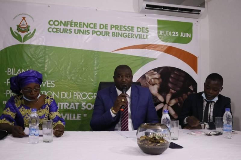 Le président de la Fondation Hermann N'ZI (au centre) prend l'engagement de faire de la jeunesse le pilier du développement de la Côte d'Ivoire (photo Bavane)