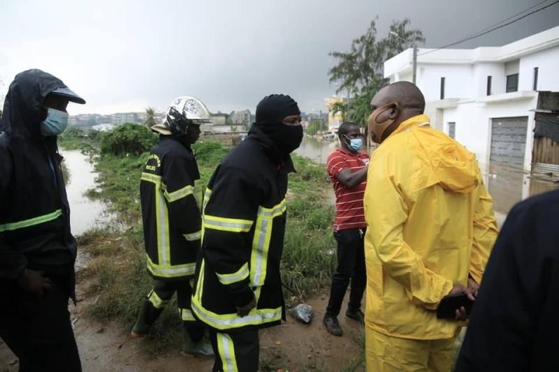 Le Préfet d'Abidjan, Vincent Toh Bi en imperméable jaune