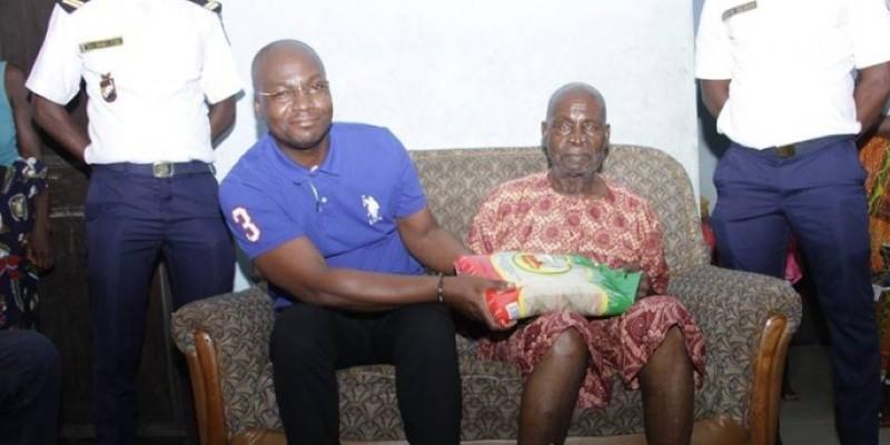 Anoma Brou Félix (assis à droite) recevant un don de Eric-Casimir Akaffou, chef de cabinet du ministre Moussa Dosso. (Dr)