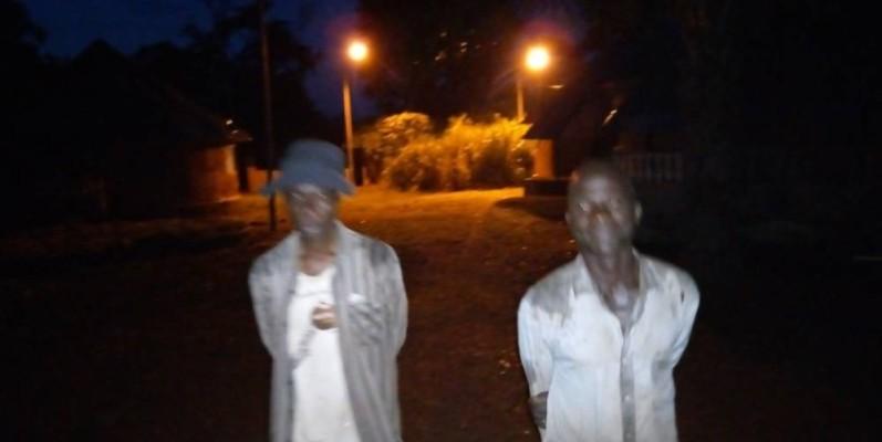 Les parents du général Guei Robert sous les deux lampadaires en état de marche. (Saint Tra-Bi)