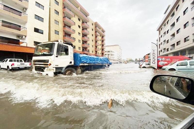 La météo en alerte. La quantité d'eau déversée par les pluies est telle que les infrastructures d'assainissement ont été débordées.La pluviométrie explose à Abidjan.