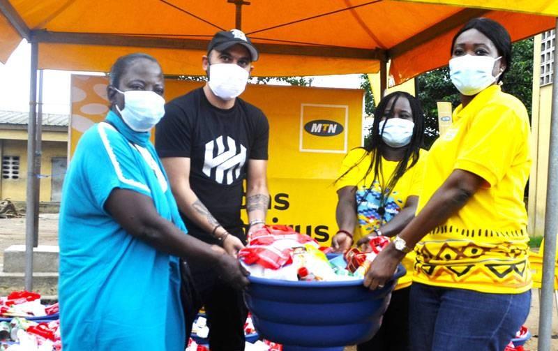 Des veuves des communes de Yopougon et de Port-Bouët ont reçu des vivres de la part des employés de Mtn-Ci en partenariat avec les Bénévoles du premier secours. (DR)
