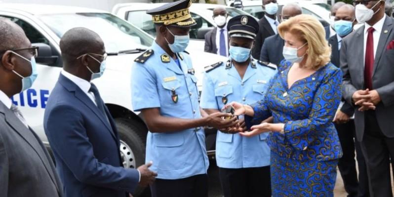 Dominique remettant les clés des véhicules aux responsables de la Police nationale. (DR)