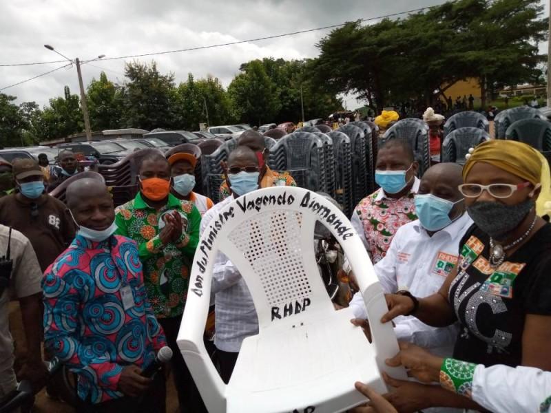 Une des chaises Rhdp brandie par les militants. (DR)