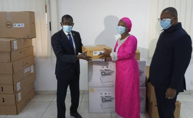 Babacar Carlos Mbaye, Représentant résident de la Cedeao en Côte d'Ivoire, remettant les lots au Dr Aminata Bouabré. (DR)