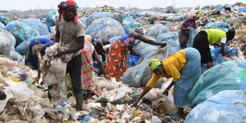 Des personnes en train de trier des déchets. (DR)