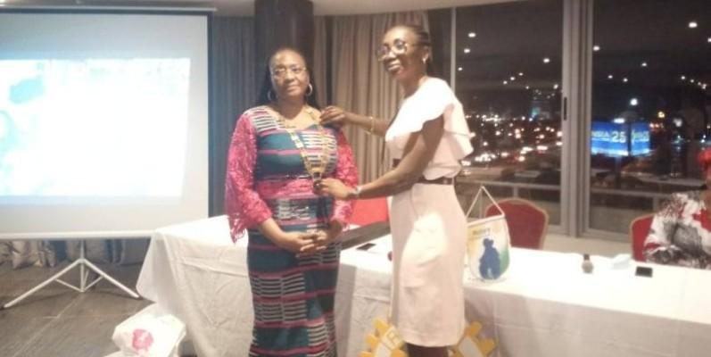 Michelle Beugré Anasthasie, la nouvelle présidente du Rotary Club Abidjan Akwaba (à gauche), reçoit ses attributs des mains de la présidente sortante, Victoire Gabala.
