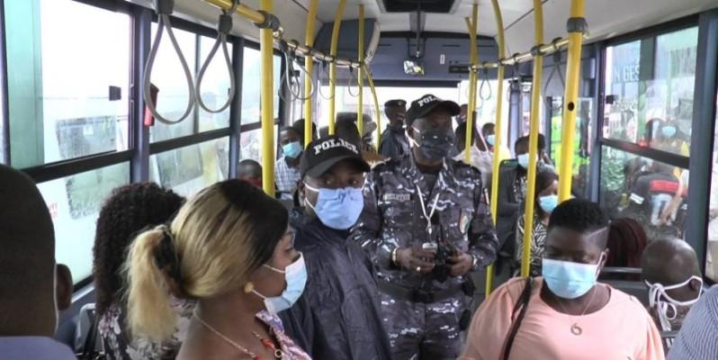 Des équipes de la division de la production appuyée par des éléments de la police spéciale de la Sotra ont sensibilisé les voyageurs au port obligatoire du masque. (Dr)