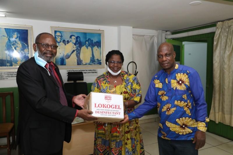 La secrétaire générale de la rédaction réceptionne le don pour le compte de Fraternité Matin des mains de Claude Tamo. (photo : Honoré Bosson)