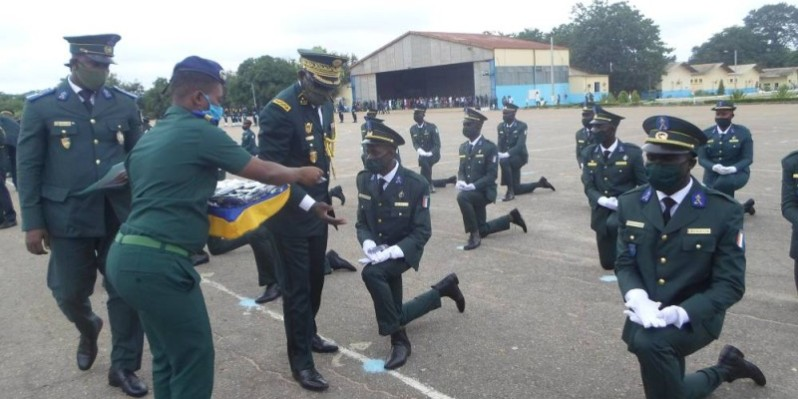 Les nouveaux soldats recevant leurs insignes. (photos : dr)