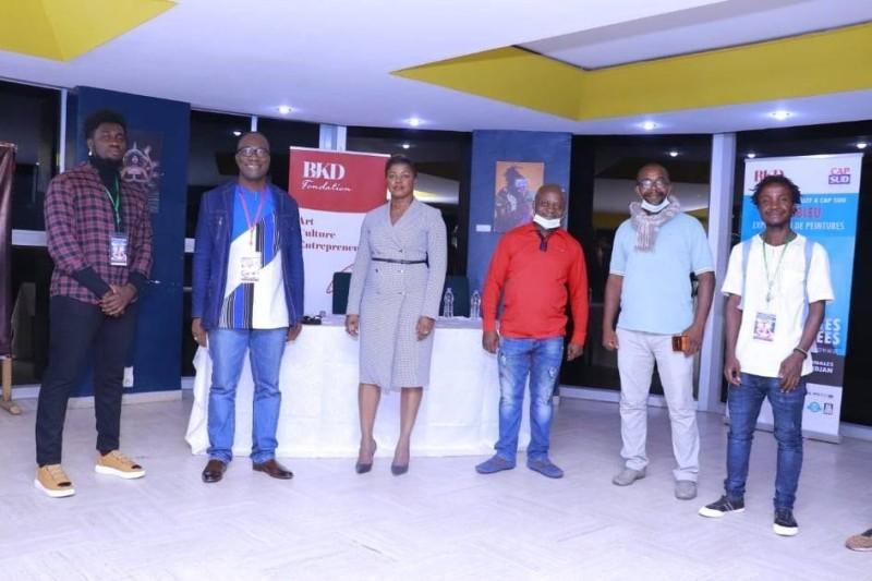 la Présidente de la Fondation BJKD (au centre), principal partenaire des RIANA 2020, avec Jacobleu (à sa gauche) et quelques exposants à la Villa Alfira. (DR)