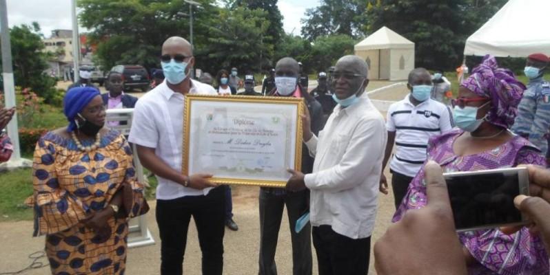 Didier Drogba a profité de son séjour à Bouaké pour encourager les jeunes footballeurs à aller à l'école. (DR)