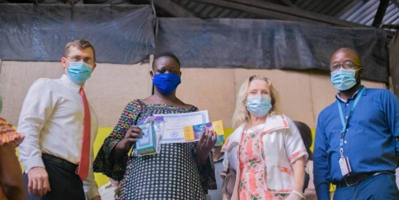 Des commerçantes ayant suivi un programme d'alphabétisation, ont reçu leurs certificats. (DR)