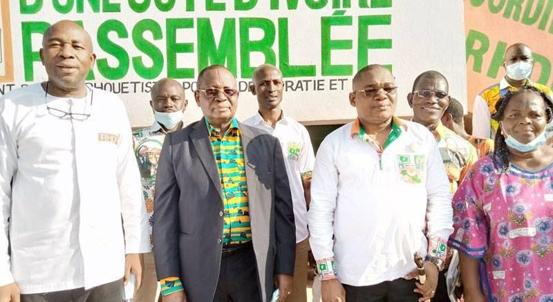 Serey Doh Célestin (deuxième à partir de la droite) est satisfait de la RLE dans le Guemon. (DR)