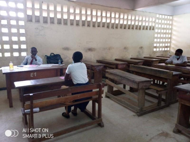 Deux candidats en salle d'interrogation pour mieux prendre en compte les mesures barrières au Lycée Moderne de Cocody.