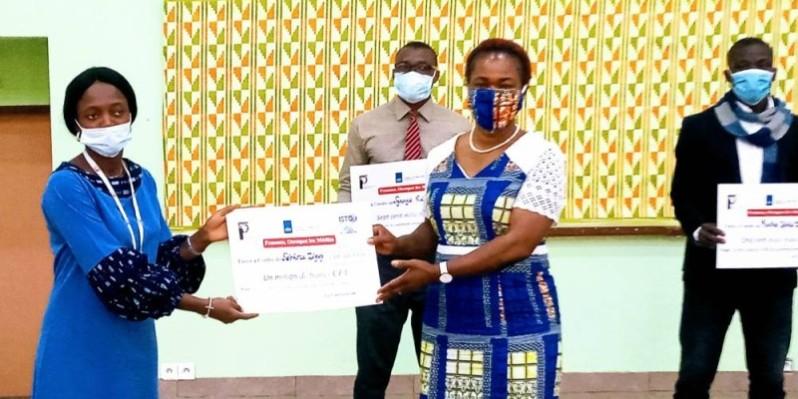 La lauréate absente, c'est à sa collègue Salimatou Dia (à gauche) qu'il est échu l'honneur de réceptionner la récompense des mains d'Agnès Kraidy. (DR)