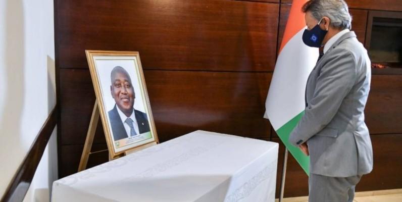 Jobst Von Kirchmann de l'Union européenne et Ousmane Ag Rhissa de la République du Mali s'inclinant devant le portrait du Premier ministre. (Joséphine Kouadio)