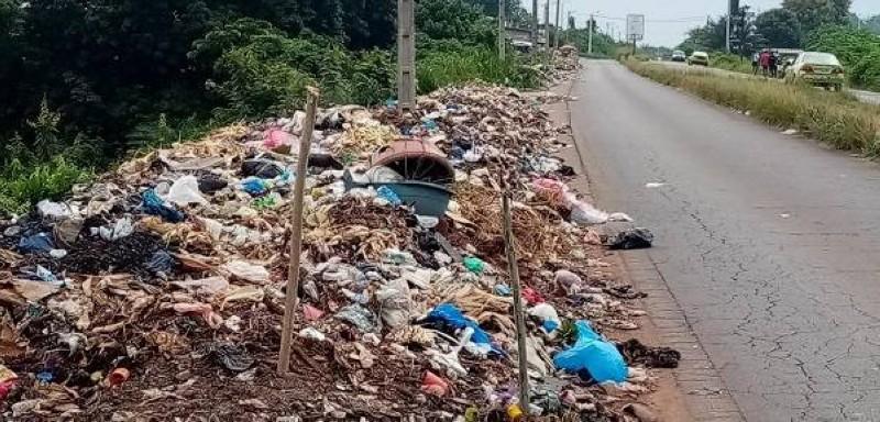 Une vue des ordures obstruant la voie et causant des accidents. (AIP)
