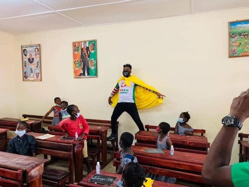 Avec humour, le héros à la cape jaune n'a pas manqué de sensibiliser aux gestes barrières les tout-petits dans les établissements visités. (DR)