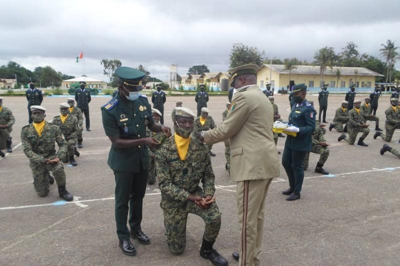 Après avoir prêté serment, les élèves douaniers qui ont bénéficié d'une formation militaire à l'Ensoa, reçoivent leurs épaulettes des mains de leur hiérarchie. (Charles Kazoni)