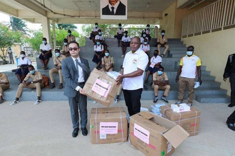 Le directeur de la section politique de l'Ambassade de la République Populaire de Chine, Zhou Yi et Christ Aymet Yoro, président  du Réseau des enseignants ivoiriens amis de la Chine (Reaic), lors de la remise des kits. (DR)
