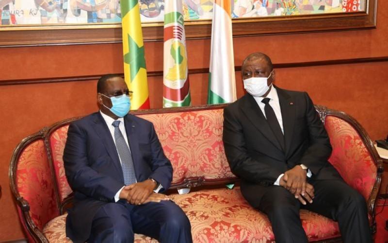 Le Président Macky Sall qui a pris part à la cérémonie d'hommage a été accueilli à l'aéroport par le ministre d'État, Hamed Bakayoko. (Ph : Poro Dagnogo)