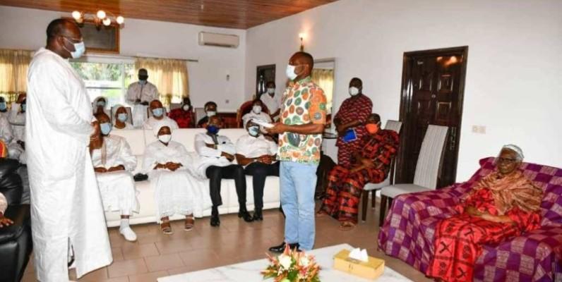 La délégation conduite par la Reine des Baoulé Nanan Akoua Boni II a présenté ses condoléances à la famille Gon Coulibaly. (DR)