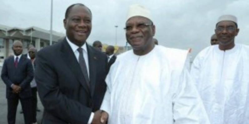Le chef de l'État se rend à Bamako avec plusieurs autres président pour discuter avec leur homologue IBK (à gauche) et le mouvement anti-IBK