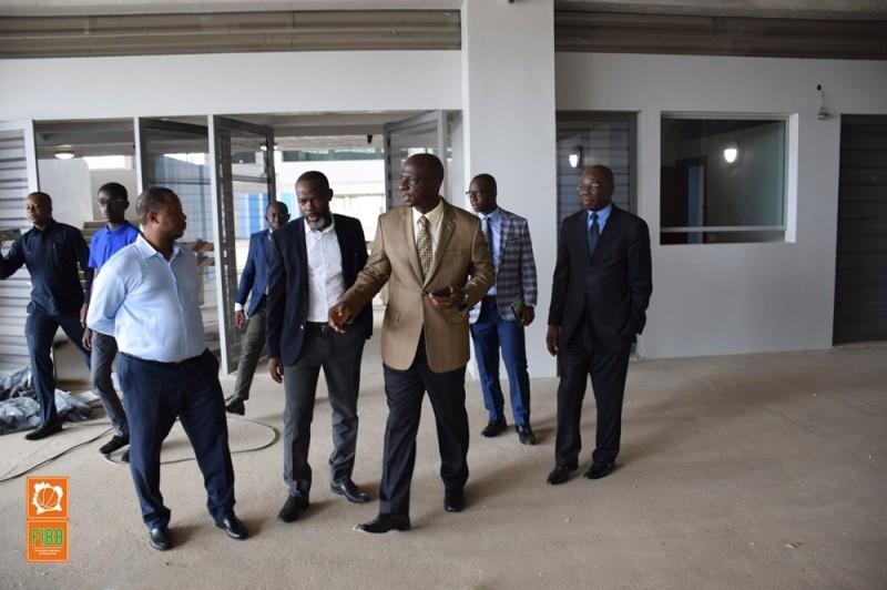 Bamba Cheick Daniel, président de la Fédération de taekwondo, a présenté la nouvelle salle de jeu à son homologue de basket-ball, Mahama Coulibaly. (DR)