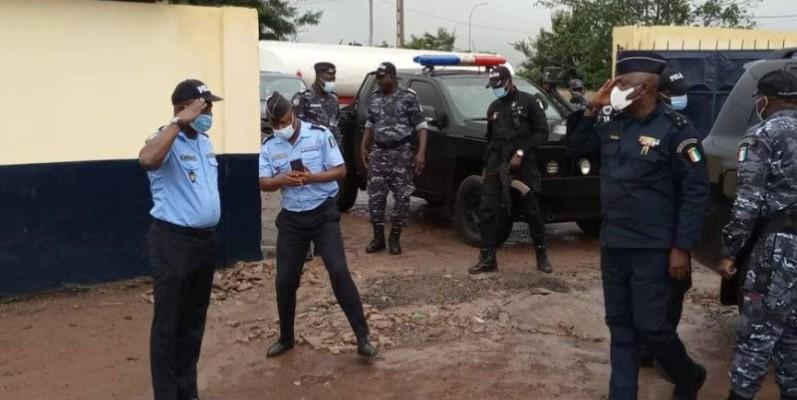 Le directeur général de la police, Kouyaté Youssouf (à droite), a félicité le commissaire de Duékoué, Thio Richard, pour la qualité de service. (DR)