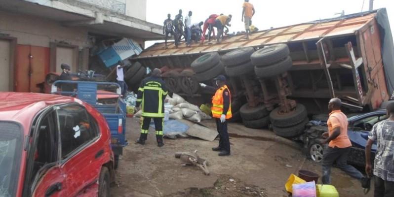 Le camion a fini sa course dans un magasin de quincaillerie faisant un mort et des blessés. (Charles Kazoni)