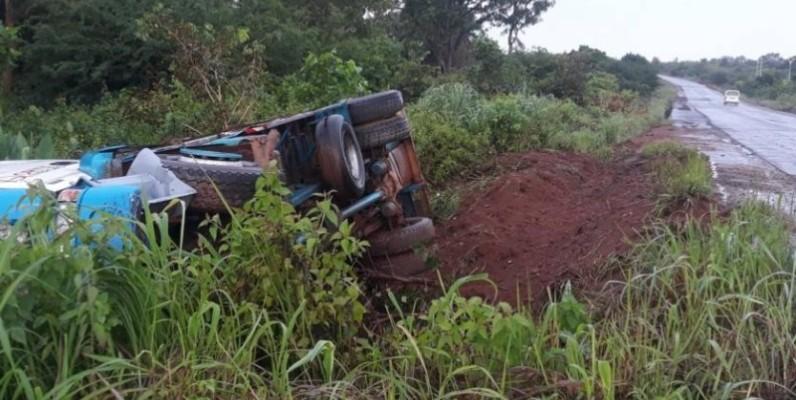 Un camion transportant des bouteilles de gaz s'est renversé dans la zone de Kanawolo. (DR)