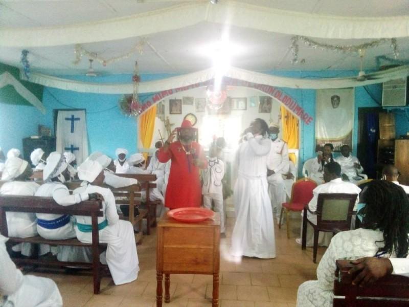Les fidèles de l'église sainte des chérubins et séraphins d'Abobo prient pour la paix (Bavane)