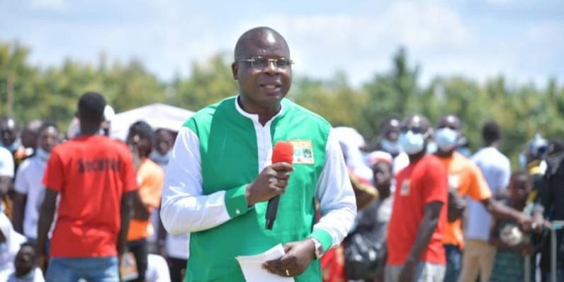 Le coordonnateur régional du Lôh Djiboua, Amédé Kouakou, remerciant les populations à Divo pour leur mobilisation autour de l'appel à candidature du Président Ouattara au scrutin présidentiel du 31 octobre.(Dr)