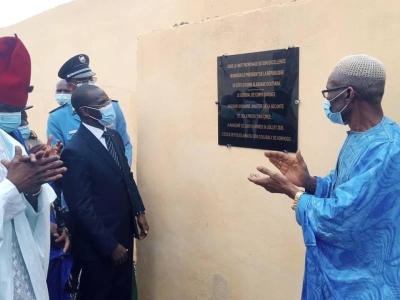 Le ministre de la Sécurité et de la Protection civile, Vagondo Diomandé, découvrant la stèle de l'école de police portant le nom du Premier ministre, Amadou Gon Coulibaly.(Dr)