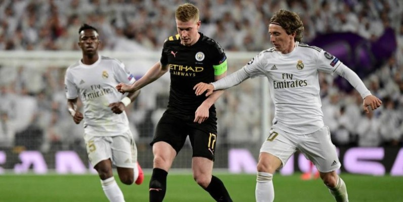 Manchester City's Belgian midfielder Kevin De Bruyne (C) vies with Real Madrid's Croatian midfielder Luka Modric (R) during the UEFA Champions League round of 16 first-leg football match between Real Madrid CF and Manchester City at the Santiago Bernabeu stadium in Madrid on February 26, 2020. (Photo by JAVIER SORIANO / AFP)