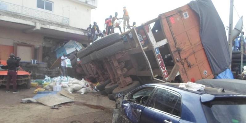 Le camion a terminé sa course dans un magasin de quincaillerie. (DR)