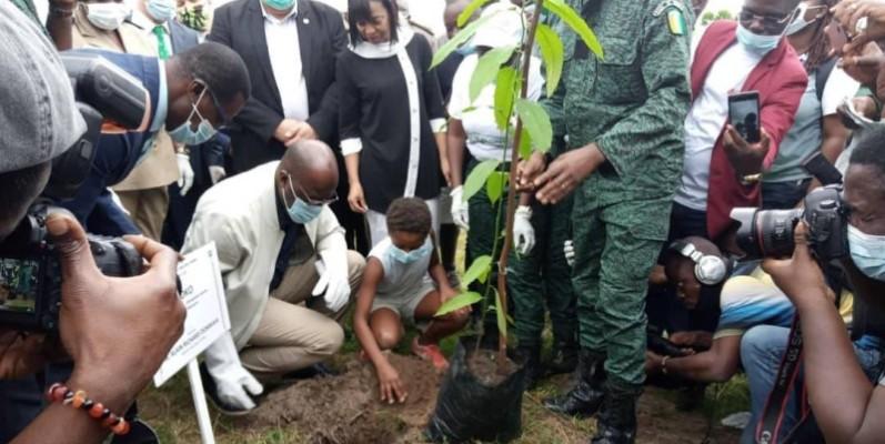 Le ministre des Eaux et Forêts, Alain-Richard Donwahi, procédant au planting d'un arbre sous le regard des partenaires au développement. (Dr)