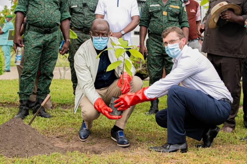 Le ministre ivoirien des Eaux et Forêts et le directeur général de Nestlé procédant au planting d'arbre dans la station expérimentale du Centre de recherche et de développement du groupe à Zambakro. (DR)