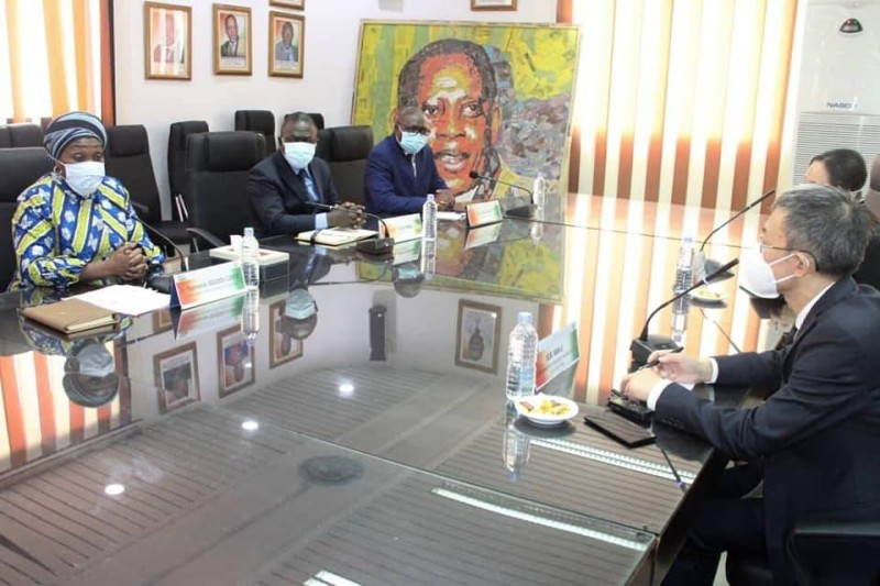 La ministre Raymonde Goudou-Coffie et l'ambassadeur Wan Li se sont accordés sur la mise en œuvre de certains accords dans le cadre de la coopération entre les deux pays. (DR)