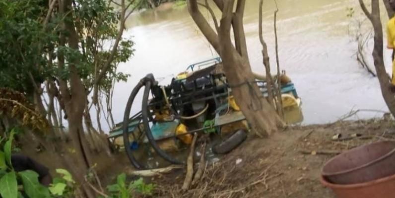 Des dragues de fabrication artisanale servant de matériels d'orpaillage clandestin ont été découvertes sur le fleuve Bandama. (DR)