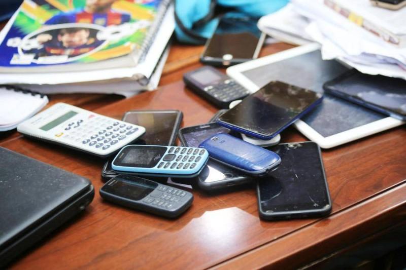 Des téléphones mobiles et annales font partie du matériel utilisé par le réseau. (DR)