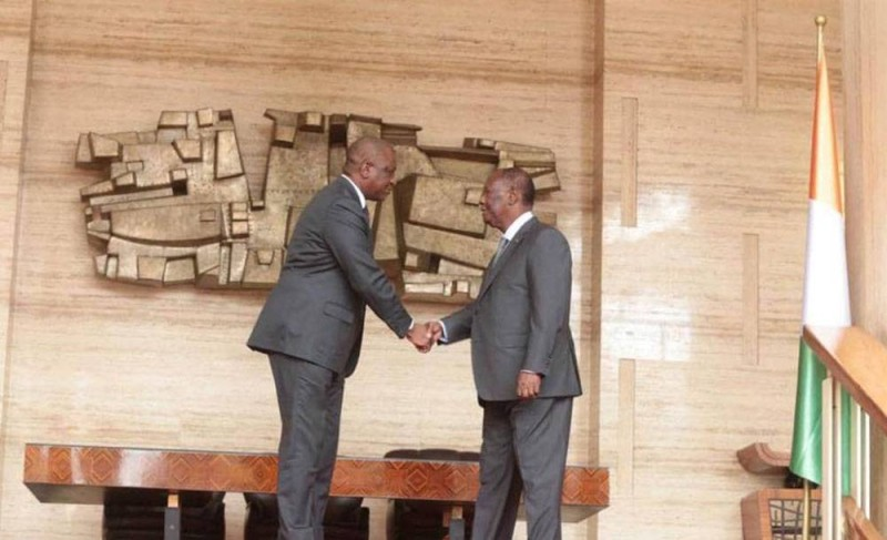 Le Président Alassane Ouattara congratulant, le nouveau Premier ministre, Hamed Bakayoko (DR)