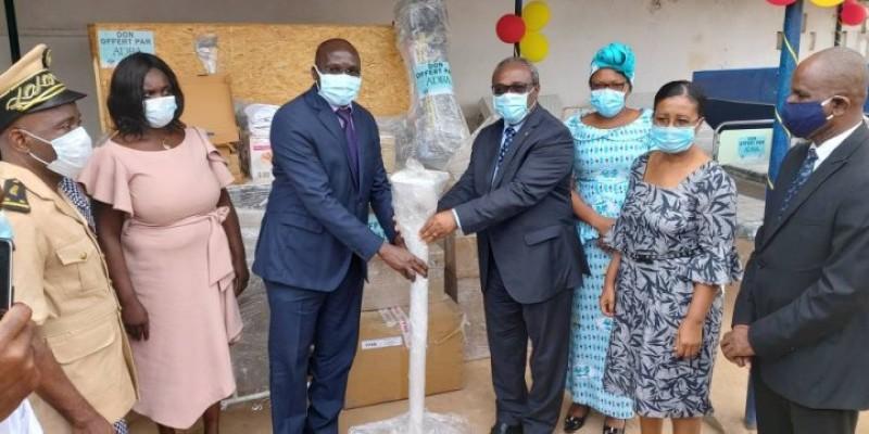Le directeur de cabinet adjoint du ministère de la Santé et de l'Hygiène publique, Soro Kountélé réceptionnant le don des mains du pasteur Elie Weick Dido. (DR)