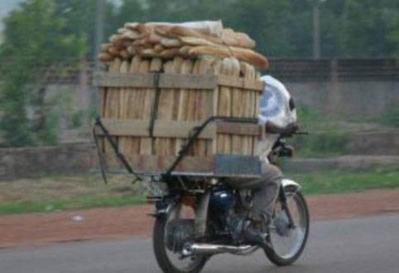 Le transport du pain à moto et à vélo décrié par la plateforme GSE. (DR)