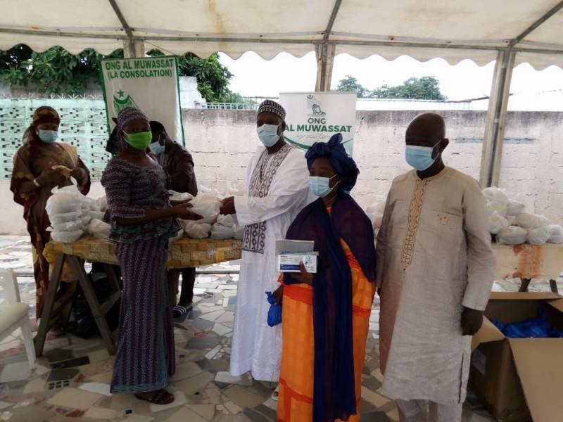 le PCA de l'Ong heureux de faire un don au nom de son Ong (DR)