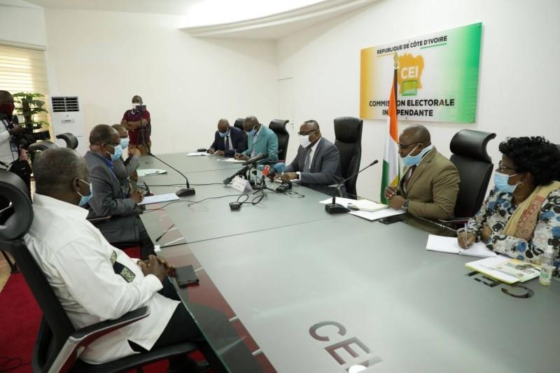 Le président de la Cei, Ibrahime Coulibaly-Kuibiert et les responsables de la plateforme Eds en plein échange à la salle de réunion de la Cei (DR)