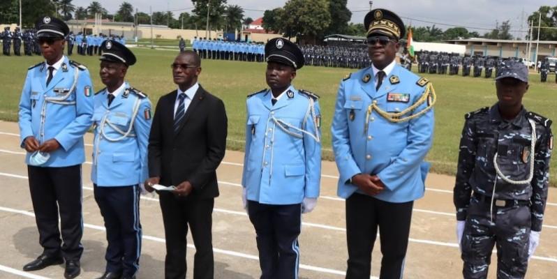 Le ministre de tutelle pose avec les 3 majors et leurs responsables. (Dgpn)